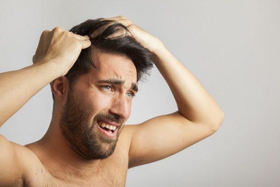 Espinhas na cabeça: causas, sintomas e tratamentos